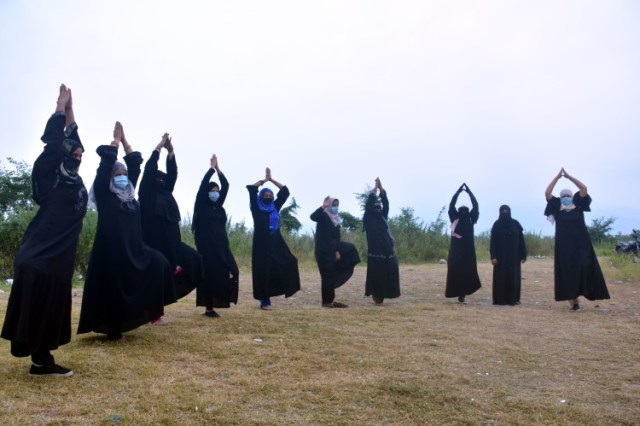 हल्द्वानी गौलापार में बुर्के में एक्सरसाइज करती मुस्लिम महिलाएं।         फोटो: राजेन्द्र सिंह बिष्ट