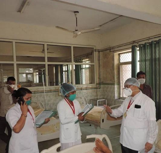 जिला अस्पताल के बार्ड में स्टाफ नर्सो को निर्देश देते सीएमएस डा. शक्ति बसु। संवाद