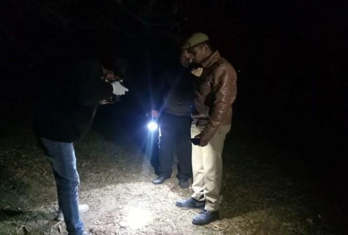 घटनास्थल पर साक्ष्य जुटाती पुलिस और फोरेंसिक टीम