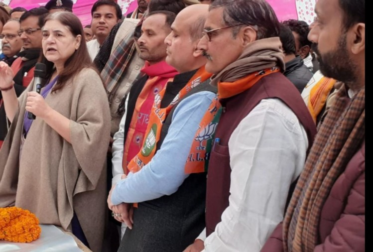 सभा को संबोधित करतीं सांसद मेनका गांधी