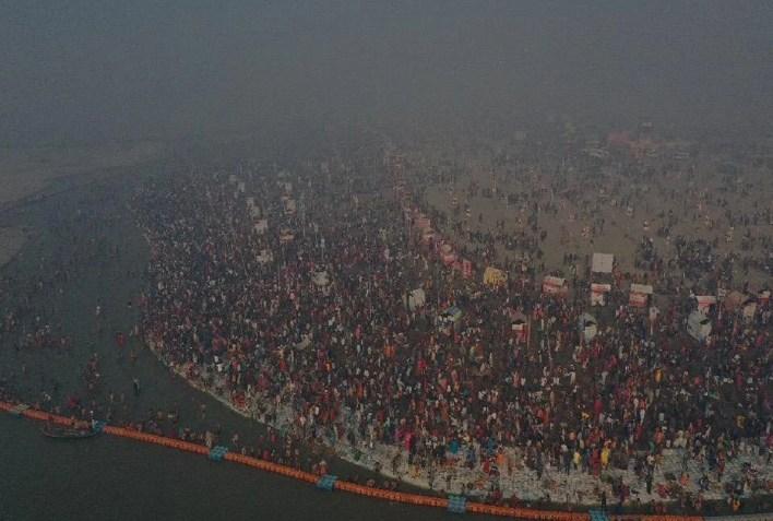 prayagraj news : मौनी अमावस्या पर प्रयागराज माघ मेले में उमड़ी श्रद्धालुओं की भारी भीड़।
