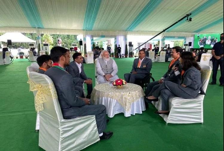 पैरालंपिक एथलीटों से बात करते पीएम नरेंद्र मोदी