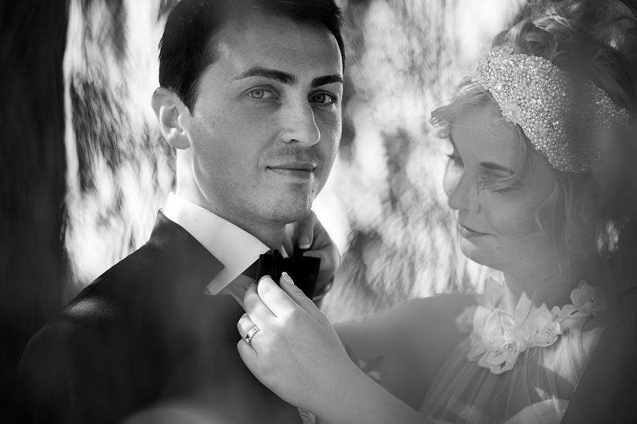 Hochzeitsfoto eines Bräutigams mit Fliege während einer Hochzeitsreportage