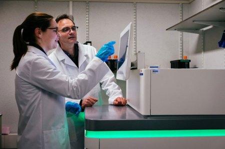 Professor-Joris-Vermeesch-r.-Copyright-UZ-Leuven-Stijn-Knapen Nieuwe toestellen geven genetici zicht op volledige DNA