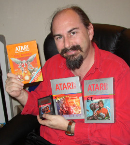 Howard Scott Warshaw med noen av spillene han utviklet for Atari.