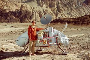 Carl Sagan og en modell av et Viking-landingsfatøy som reiste til Mars (bilde: NASA)