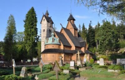 Baksiden av kirken i virkeligheten. Legg merke til gravsteinene, som er på framsiden i spillet.