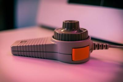 Du kan spille med de originale kontrollerne. Her er paddle-kontrolleren til Apple II.