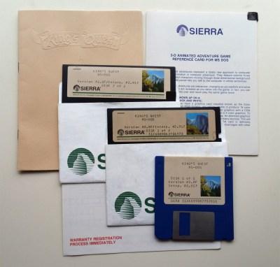 """Innholdet i boksen til 1987-versjonen (MS-DOS). 3.5""""-disketter var fortsatt ganske nye på PC-fronten."""