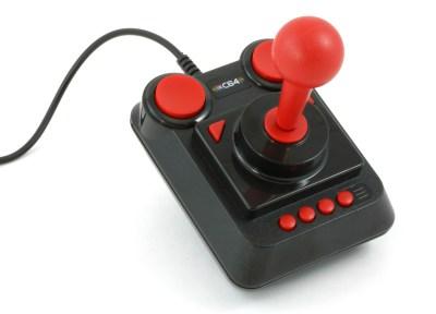 Joysticken ser autentisk ut, men den føles ikke så god som den burde. Derfor hadde det vært greit om systemet var kompatibelt med flere alternative kontrollere.