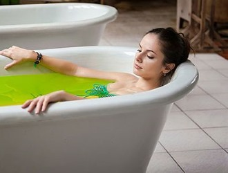 With osteochondrosis, you can use therapeutic baths that have an anti-inflammatory effect.