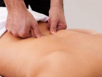 Сиатикалық нервтің қабынуымен массаж негізінен сакральды аймаққа шығарылады