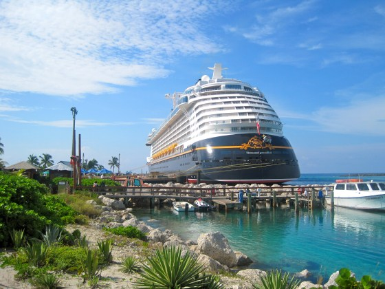 Das Schiff Disney Fantasy auf der Disney Insel Castaway Cay in den Bahamas