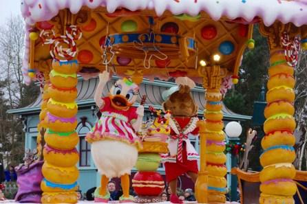 Daisy bei der Weihnachtsparade im Disneyland Paris