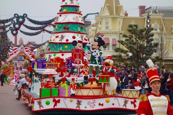 Mickey und Minnie bei der Weihnachtsparade im Disneyland Paris