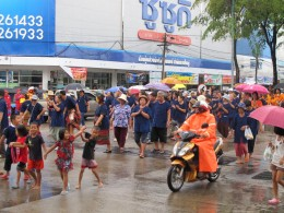 Villagers arriving to set up for the parade, Ubon Ratchathani candle festival