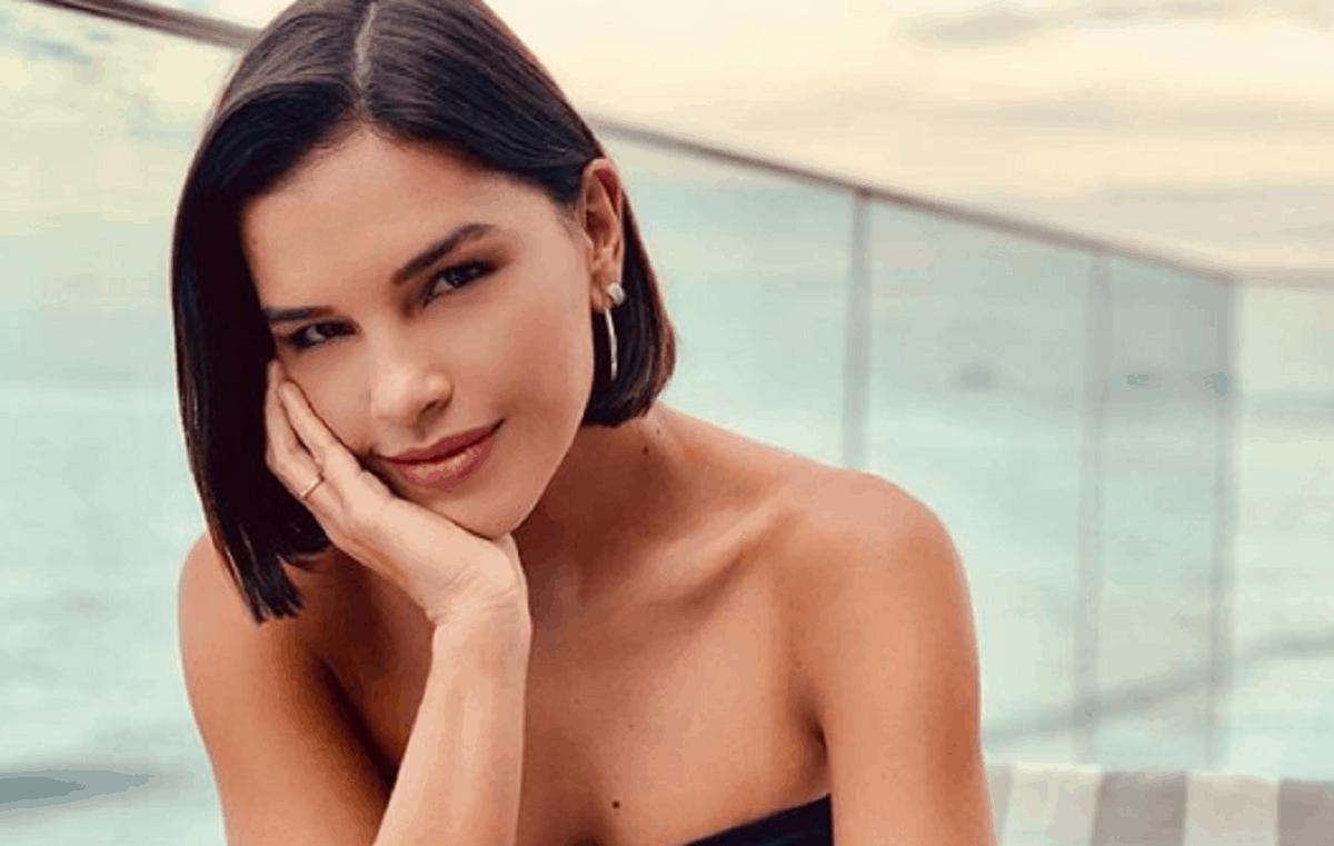 "Mariana Rios se exibe na praia e fã reage: ""lindona"""
