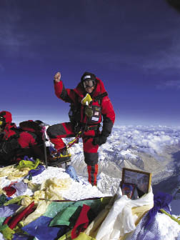 Mountain climber wearing shoe insoles with aerogel
