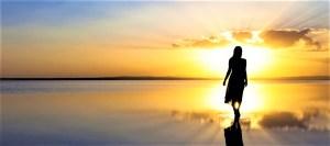 Femme qui avance en confiance comme guidée par la lumière