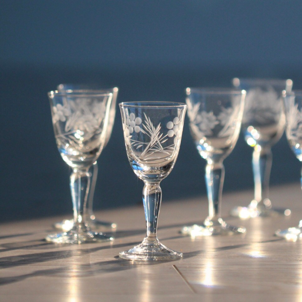 Glasses used for aperitifs, liqueurs, or cordials.