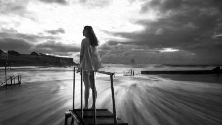 夕日を眺める女性 海 光