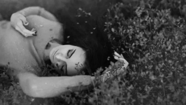 自然の中で寝る女性 睡眠 眠い