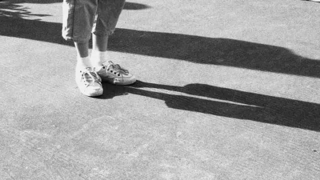 地に足をつけるグラウンディング 脚 影 立ち止まる