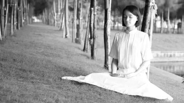 女性 マインドフルネス ヨガ 呼吸 精神統一