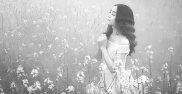 女性 浄化 祈る 瞑想 自然 お花畑