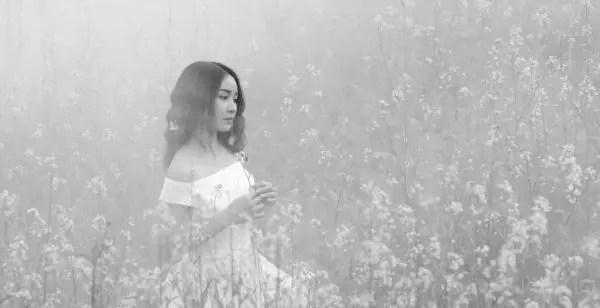 女性 花畑 霧