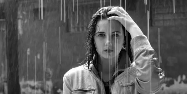 雨に濡れる女性