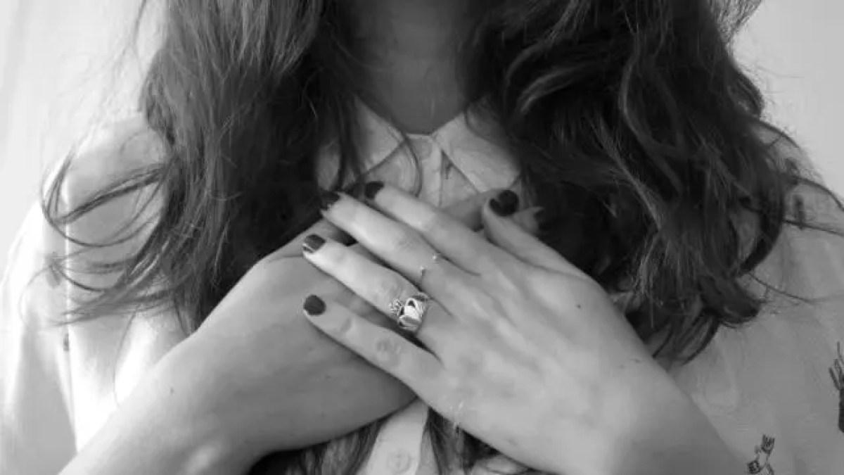 胸を押さえる女性 ハート 心臓