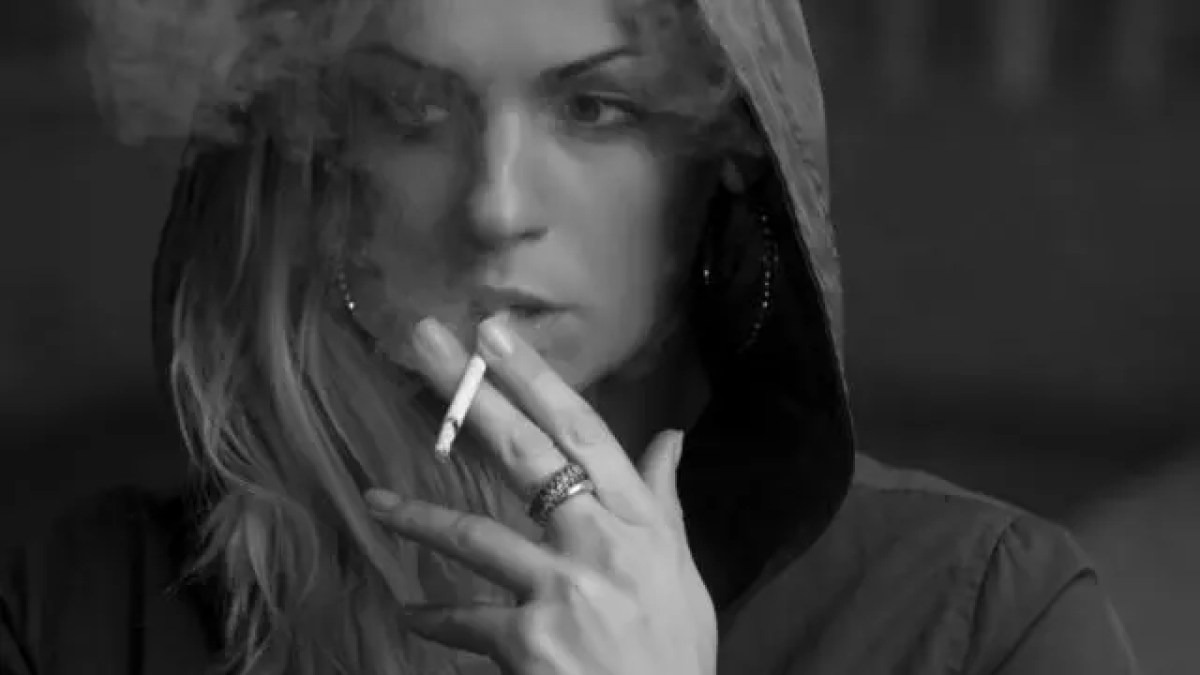 たばこを吸う女性