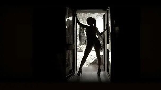 玄関に立つ女性 ドア 入り口
