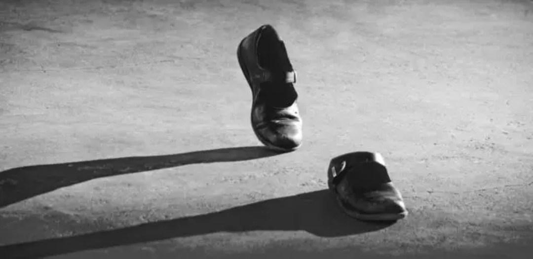 心霊現象 靴 歩く