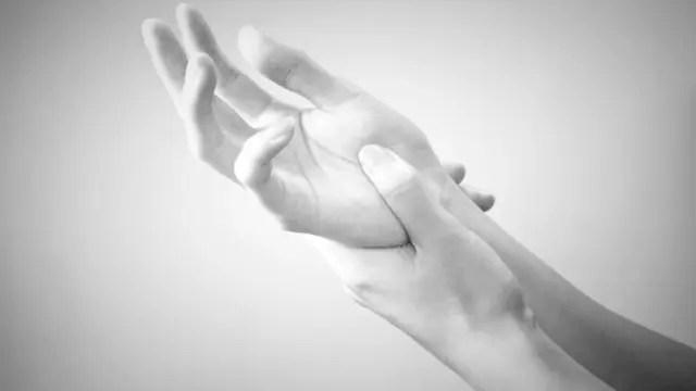 女性の右手首