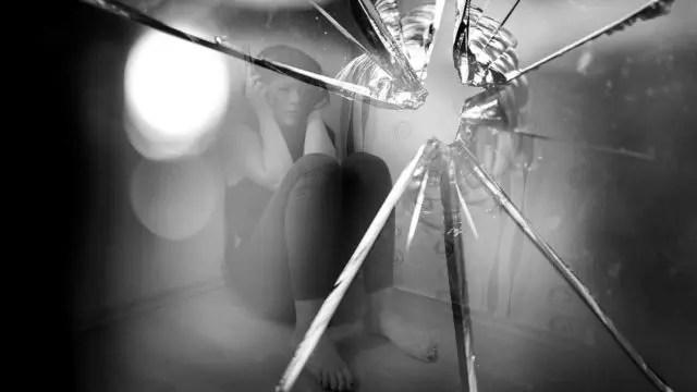 犯罪被害 女性 割られた窓ガラス
