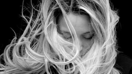 女性 強風 怒り 感情 不安 悩み