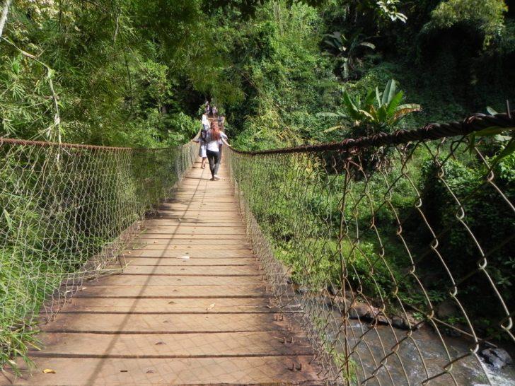 カチャン滝へ続く吊橋