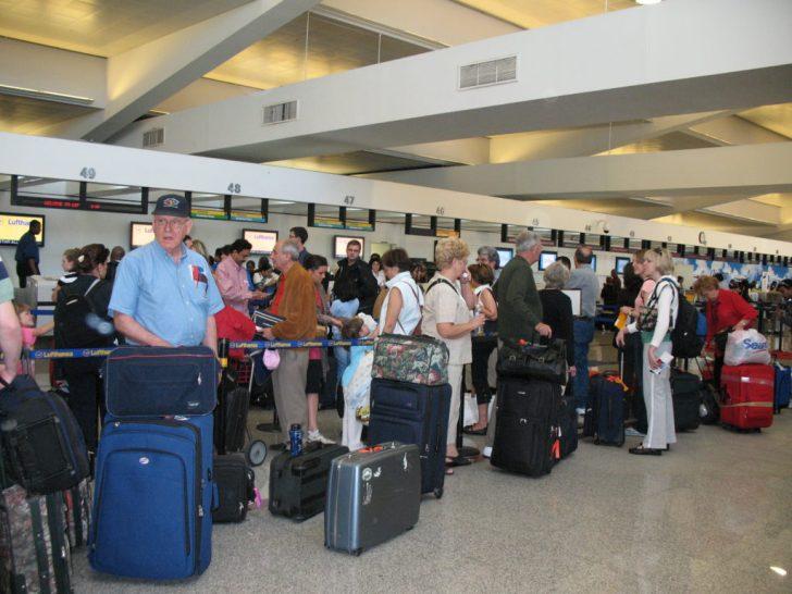 空港で荷物を運ばれたら注意