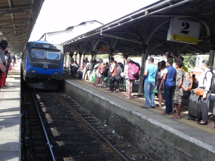 人気列車を待つ観光客