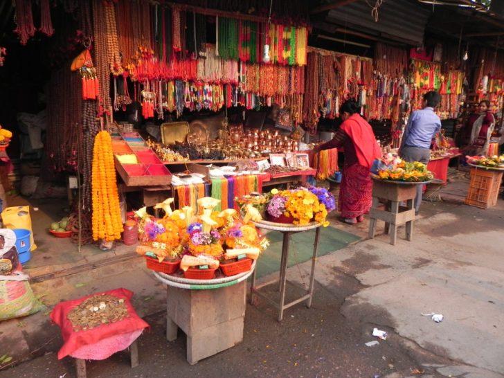 寺で神に捧げる捧げ物を売る店