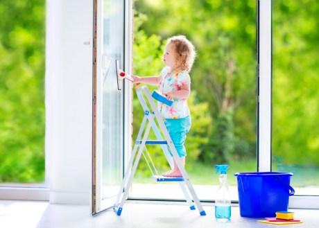 Το παιδάκι σας θα δει τις δουλειές του σπιτιού σαν παιχνίδι ενώ θα νιώσει πως κάνει κάτι πολύ σημαντικό εφόσον σας βοηθάει. Βάλτε το να κάνει κάτι απλό και διασκεδαστικό.