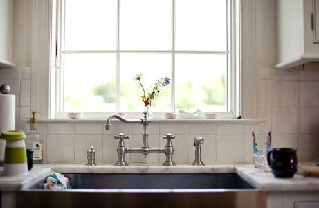 Το μυστικό για μια τακτοποιημένη κουζίνα: ένας καθαρός νεροχύτης!