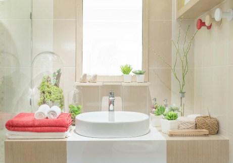 Διακοσμήστε την περιοχή πάνω από την τουαλέτα με μερικούς πίνακες