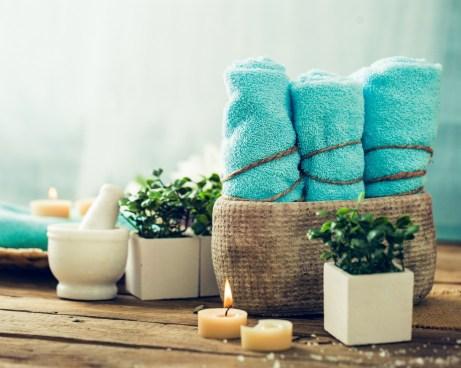 Πάρτε ένα ψάθινο, μεταλλικό ή ξύλινο καλάθι και βάλτε μέσα μερικές πετσέτες τις οποίες μπορείτε να δέσετε (την καθεμία ξεχωριστά) με ένα σχοινάκι, όπως στην εικόνα.