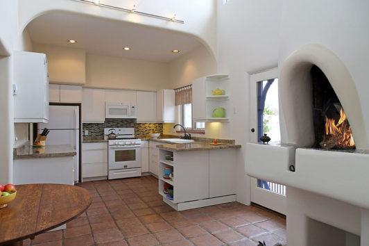 Η κουζίνα του σπιτιού με τον ξυλόφουρνο να είναι ο πρωταγωνιστής του χώρου.