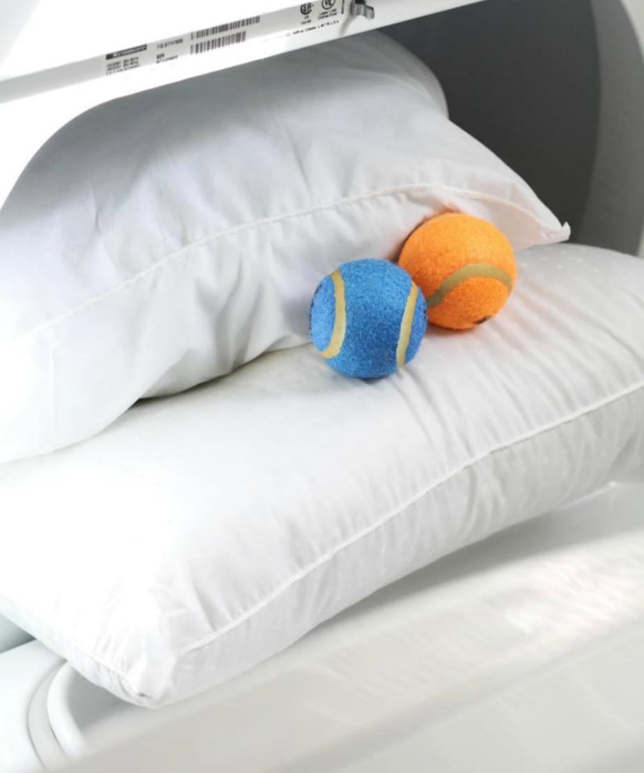 Βάλτε τα μαξιλάρια στο στεγνωτήριο μαζί με μερικά μπαλάκια.
