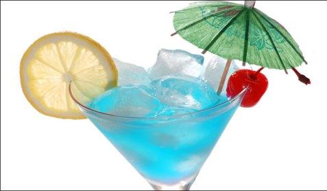 Особой популярностью среди молодежи пользуется такой известный спиртной напиток как Bluecuracao – ароматный ликер