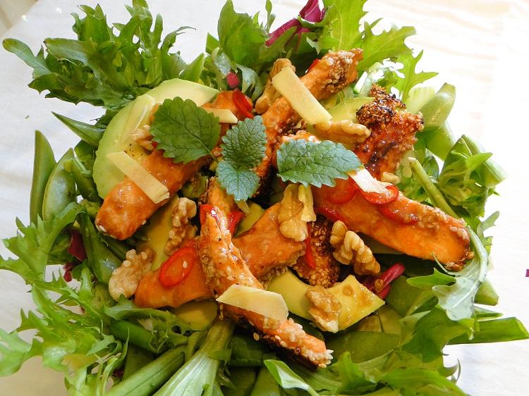 Salat med chilimarinert ørret